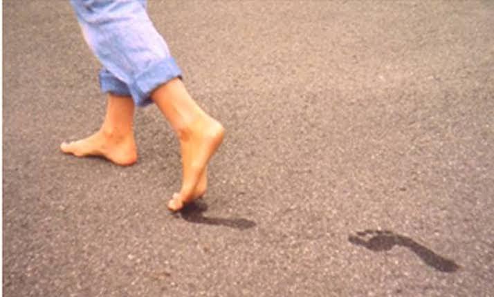 صورة تفسير المشي حافية القدمين في المنام , ما معني هذا الحلم